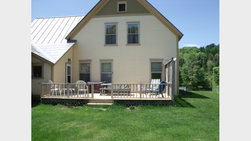 Back of house withdeck