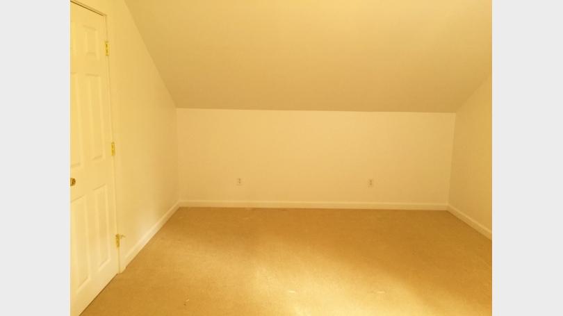 upstairs_bedroom_2.jpg